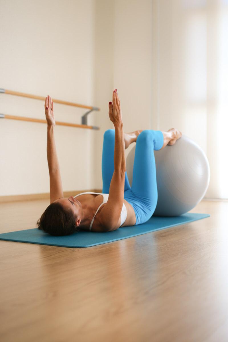 Cours de Pilates avec une Swiss Ball